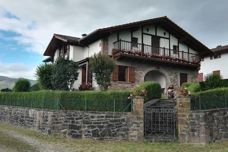 Casa-villa con terreno en Baztan. 17 plazas. - Arizcun - Hus