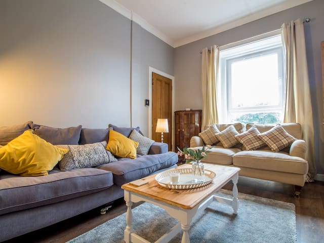 Cosy & Chic 1 Bedroom Apartment - Free Parking!