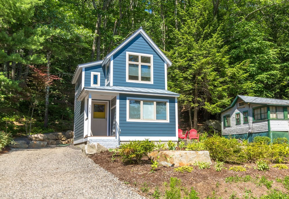 Delightful contemporary cottage with views to Hosmer Pond and the Snowbowl mountains!