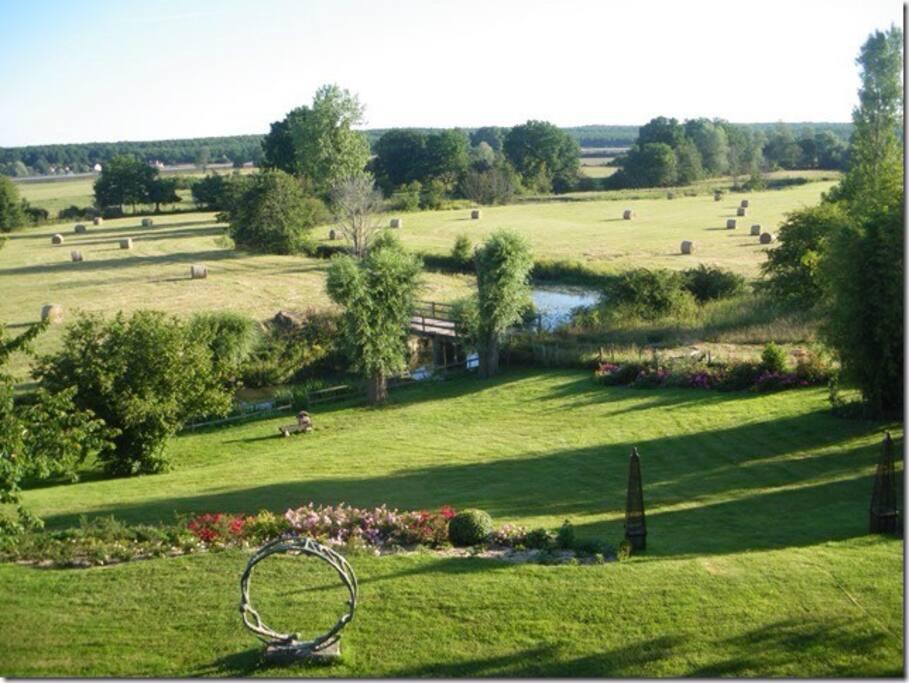 """Vue de l'étage sur la propriété en bas la rivière """"la Sarthe"""""""