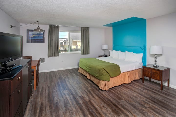 Colorful & spacious king room- pet friendly