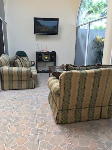 Sala . cuenta con pantalla de T.V ,Un sofa ,sillon individual,mecedora,mesa de centro,dvd, cable,WIFI
