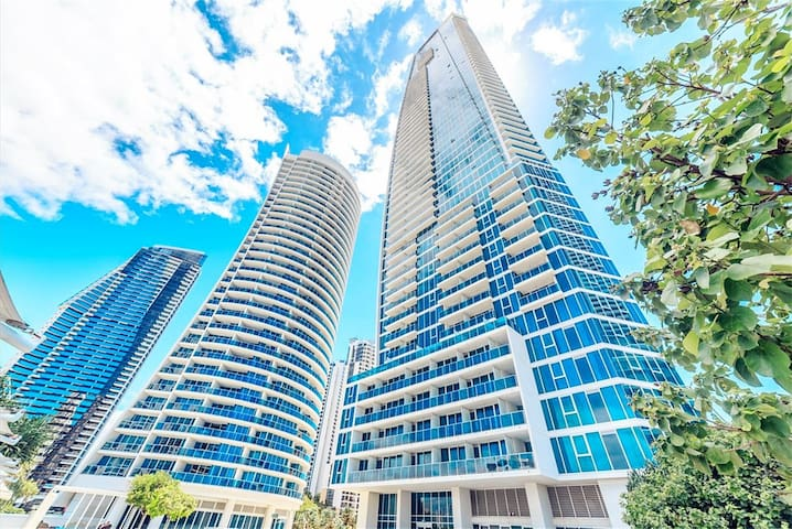 Located on Hilton Tower Surfers Paradise, the downstairs is the lively business district, with a variety of food / restaurant, travel shopping and super easy to play 公寓位于冲浪者天堂希尔顿大楼,下楼就是海滩和热闹的商业区,有各种美食/餐厅,出行购物游玩超级方便
