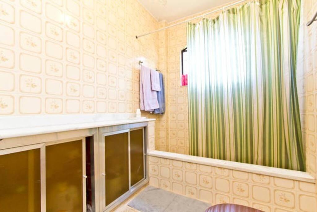 Banheiro amplo e com bela vista