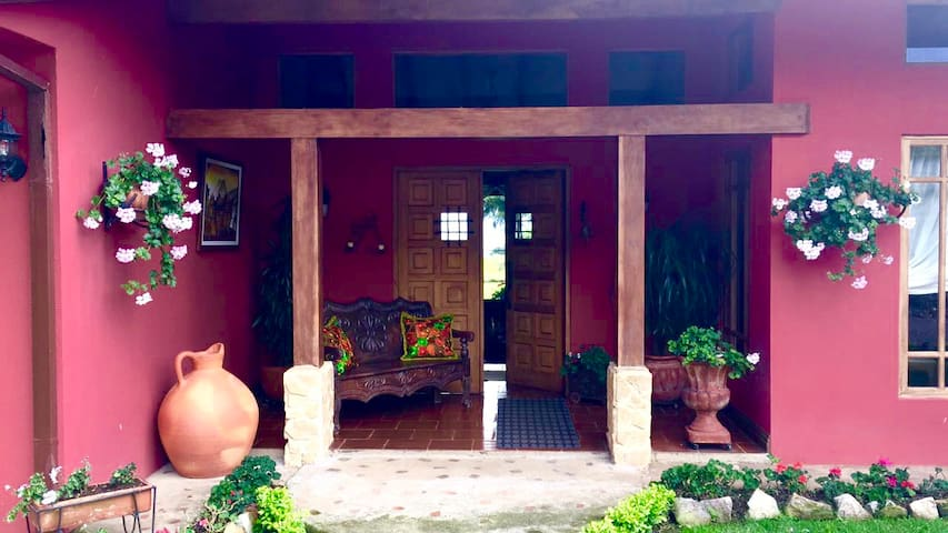 Cozy, elegant home surrounded by panoramic views - Cartago