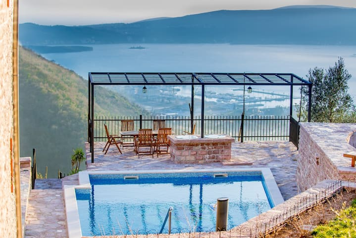Amazing luxury villa with STUNNING views in Tivat - Tivat - Villa