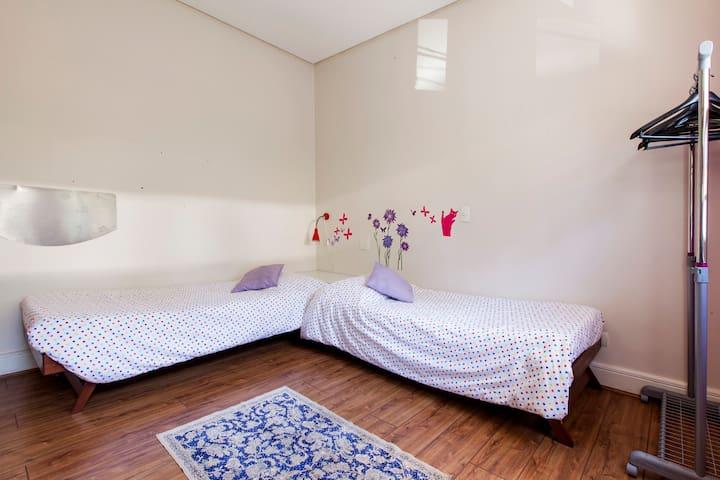Quarto 02 camas de solteiro