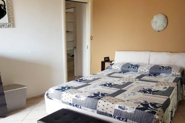 Stessa camera da letto da un'altra angolazione.