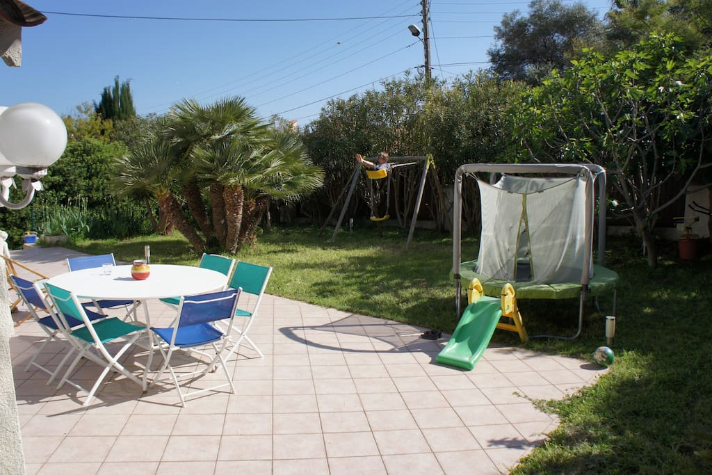 Jardin Sud, balançoire et trampoline.