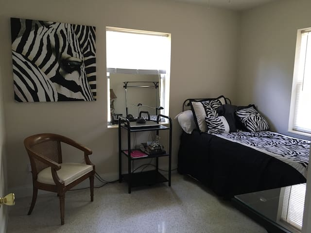 Jungle Home with California Vibe - Single Room - Palm Bay - Hus
