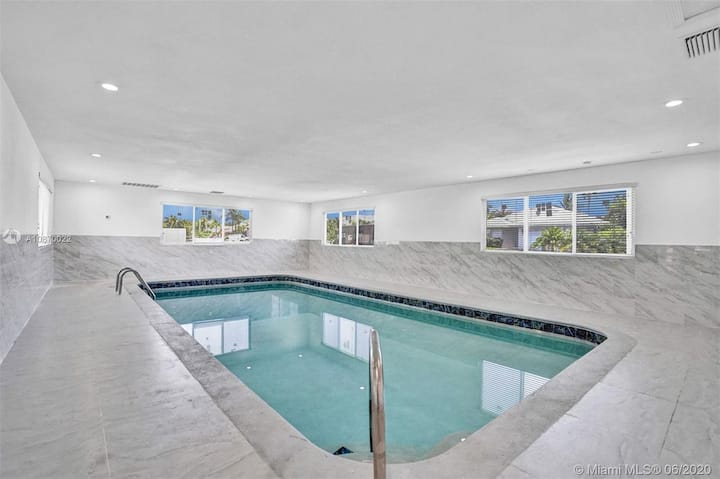 Charming private Pool house close to the beach!