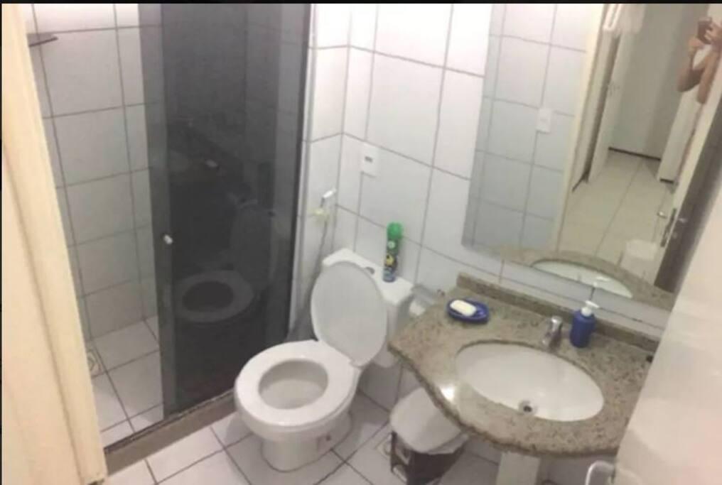 banheiro privado, com box blindex.