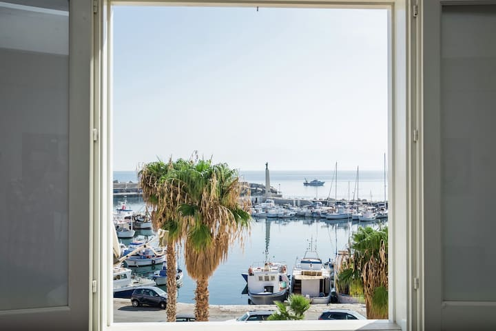 Tastefully decorated holiday home in the harbour of the village of Porticello