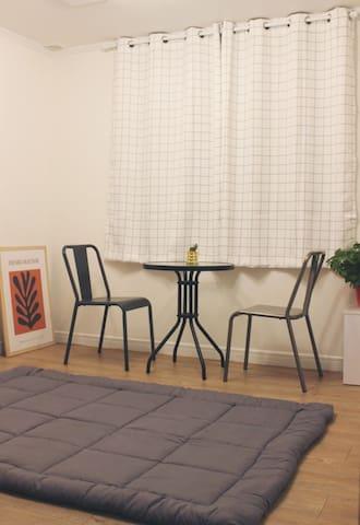 온돌방입니다.  보일러 온도를 개인적으로 조정할 수 있어 따뜻하게 지내실 수 있습니다. 숙소에 침대방 1개, 온돌방 1개 총 2개의 방이 있습니다.