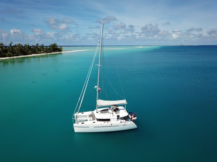 Stay on a luxury catamaran in French Polynesia