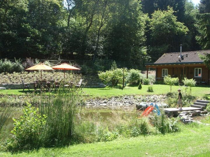 Gemütliche Ferienhütte mit Garten und Schwimmteich