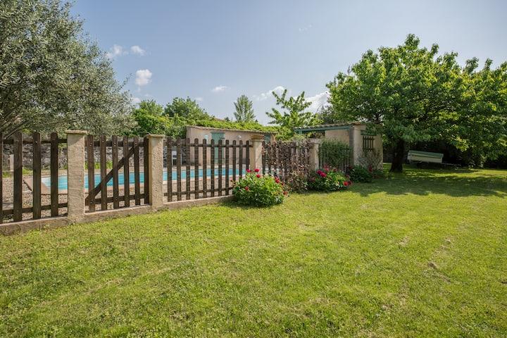 Maison en pierre avec climatisation et piscine