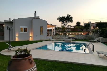 THE WELL, big garden, swimming pool, near beaches