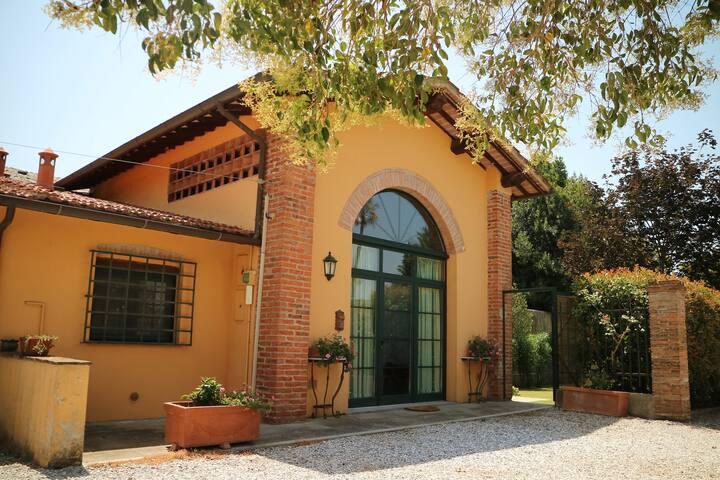 #3 Peony - Charming Tuscan Loft Cottage
