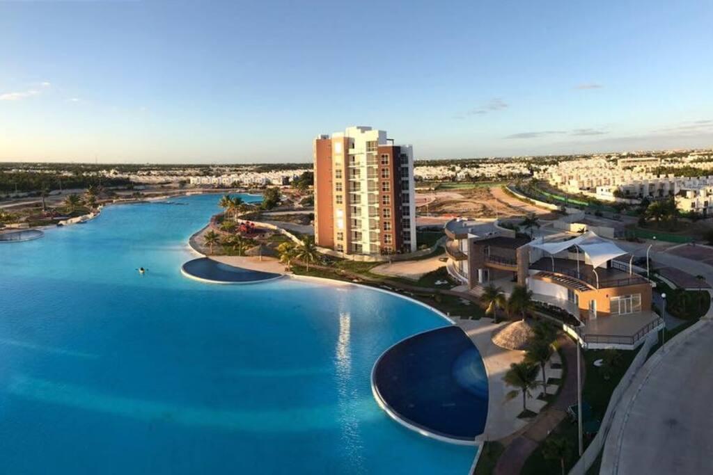 Laguna artificial  con 2 km de diámetro y 7 piscinas a su alrededor