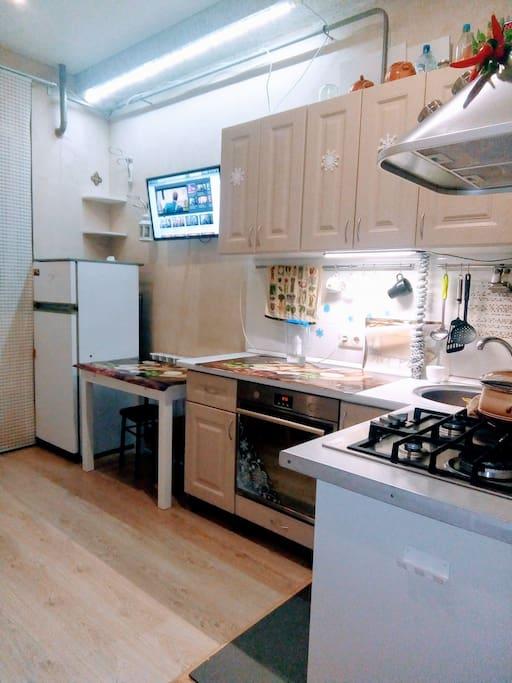 Уютная кухня,для приготовления еды все имеется. Кастрюли, чашки, тарелки и т.д