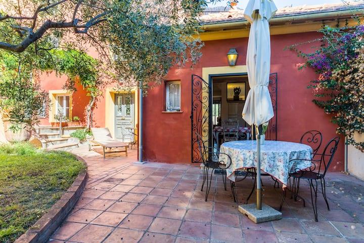 Rez de jardin dans maison provençale proche mer