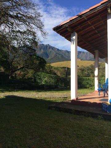 Lindo Chalé nas montanhas, com Sossego e Paz.