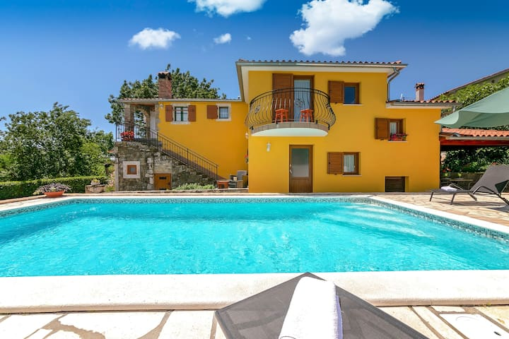 Villa Mikales