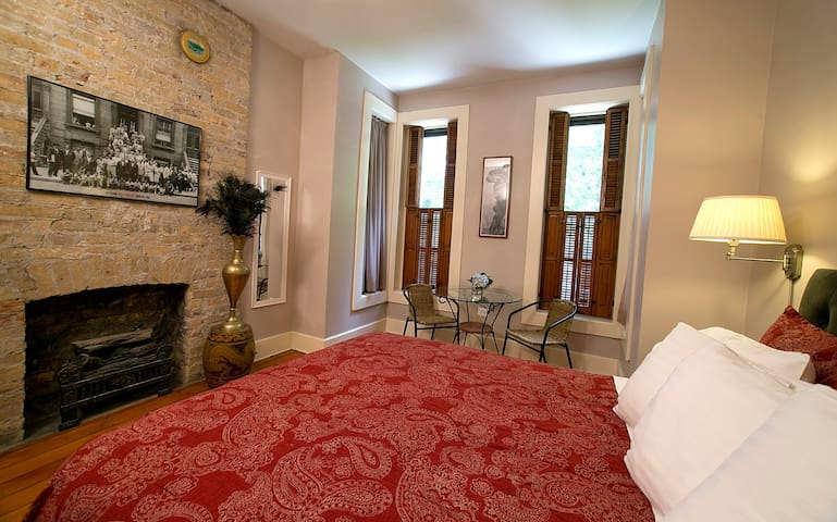 3 Bedroom Apartment in Historic Wicker Park Home