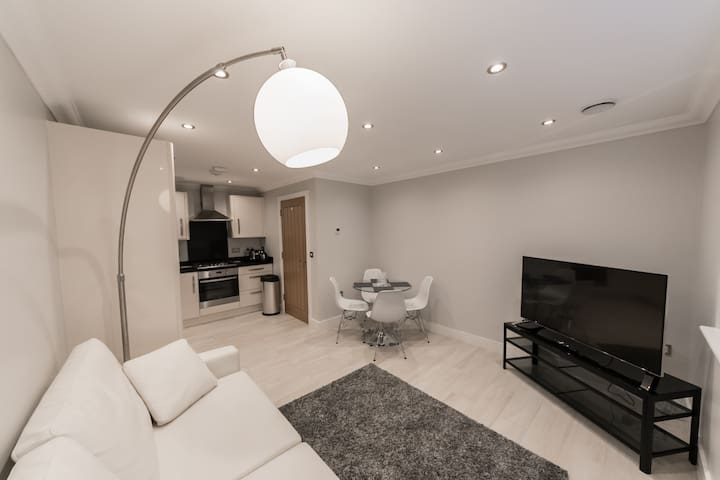 Two Bedroom Apartment in Central Reading by KSA