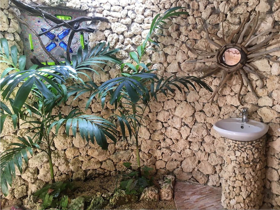Unique outdoor bathrooms with driftwood, coral and plants brightens up your day