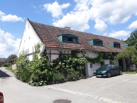 Altes Steinhaus mit uneinsichtbarem Garten