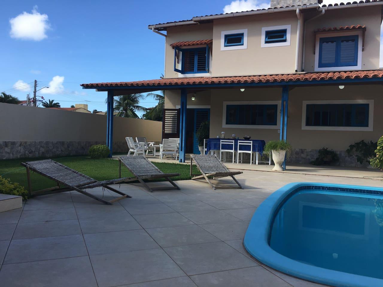 Zona relax piscina con idromassaggio