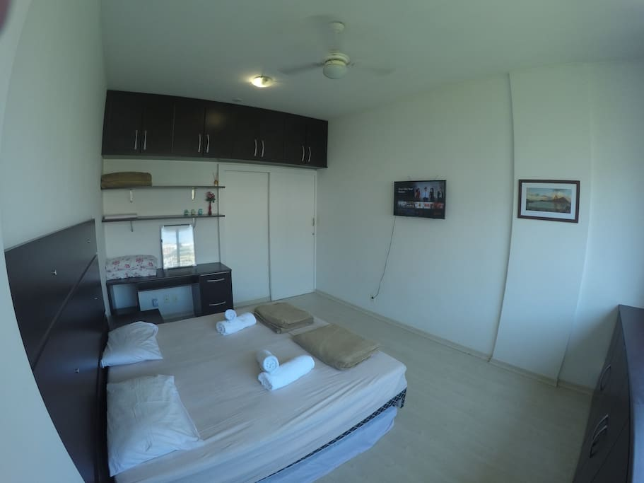 Quarto com ar-condicionado, ventilador e Smart TV  / Room with air conditioning, fan and smart TV.