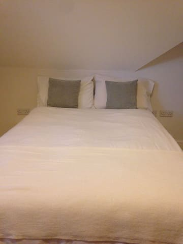 Double room in modern Townhouse Great Location