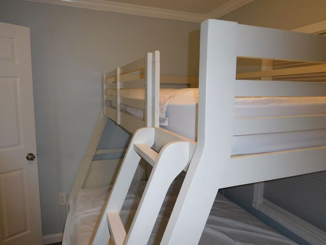 2nd bedroom, bunk beds (twin bed up top)