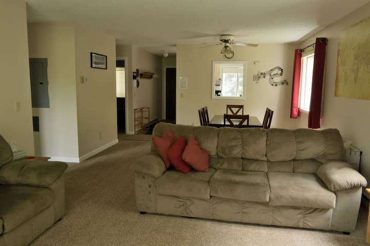 Clean, cozy, comfy condo with free WiFi & Roku TV