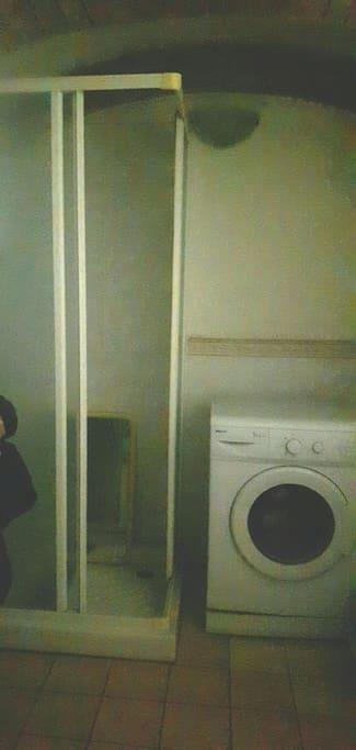 box doccia con sedia , lavatrice
