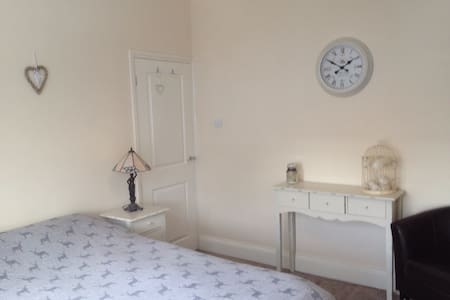 Spacious double room close to town - House