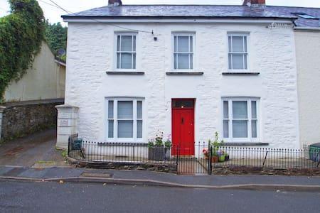 Bwthyn y Bardd - Llansteffan - House