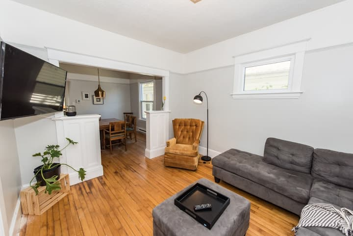 Quiet Downtown Home - Full Kitchen, WiFi, Smart TV