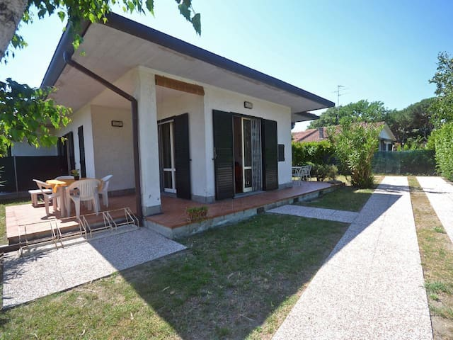 Completely renovated house on ground floor with large angular garden, in a quiet place