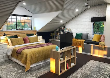 The Library Loft - City views, Spa, Netflix, Cozy!