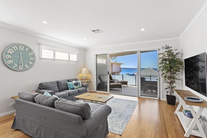 Wanda Waterfront Retreat - beautiful beach house