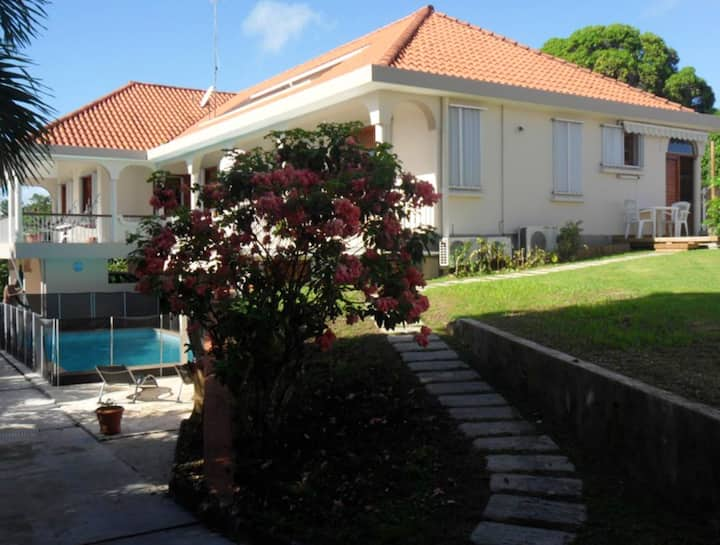 Studio in Sainte-Anne, with shared pool, enclosed garden and WiFi - 5 km from the beach