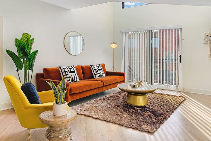 Airy & Bright 1BR Loft + Parking