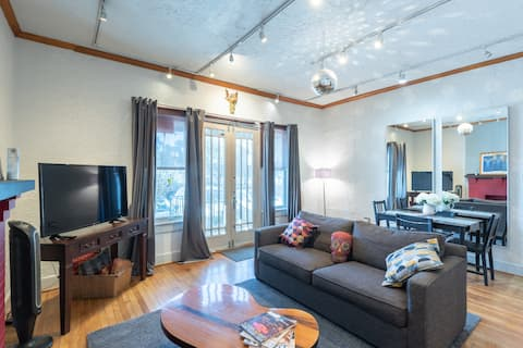Delightful flat in the heart of Uptown/Oaklawn.