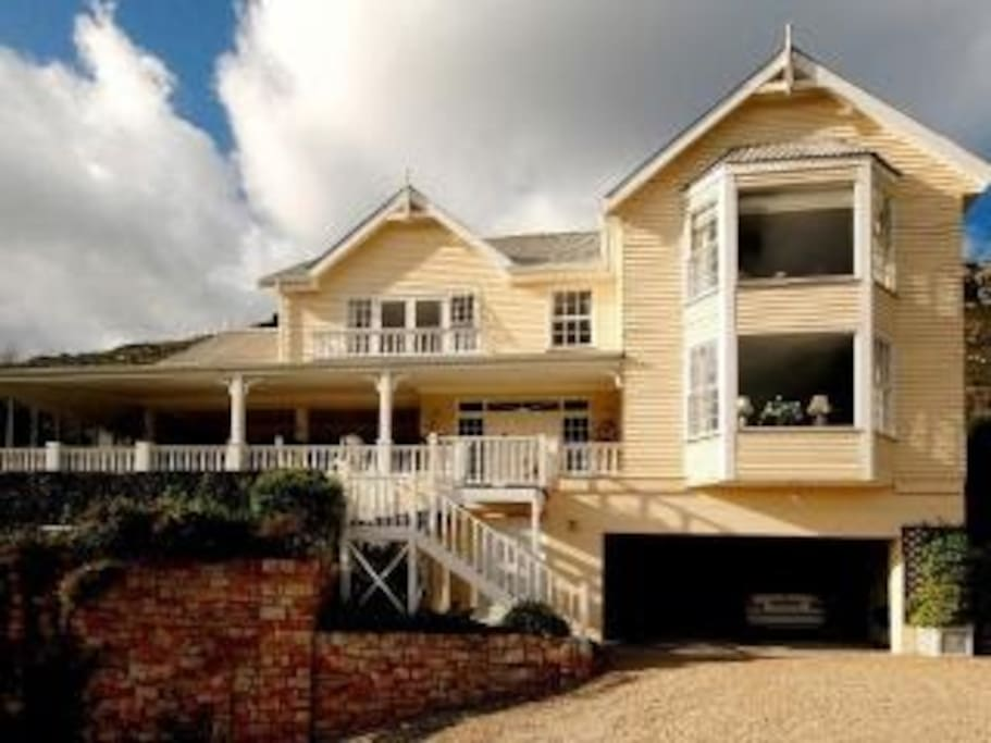 Beautiful home high up on the mountain side with outstanding views over the Clovelly Golf Course, Fish Hoek & out to sea
