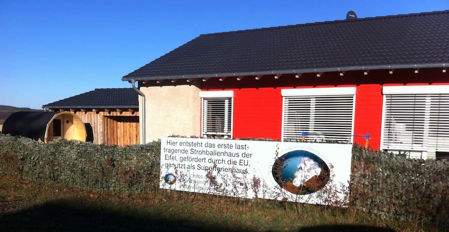 Strohballenferienhaus am Pulvermaar - Gillenfeld - Huis