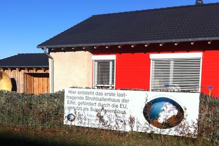 Strohballenferienhaus am Pulvermaar - Gillenfeld - Rumah